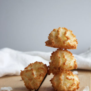 Vegan Vanilla Macaroons - Gluten Free and Dairy Free easy to make dessert and snack! Homemade with natural sugar! www.nikkisplate.com