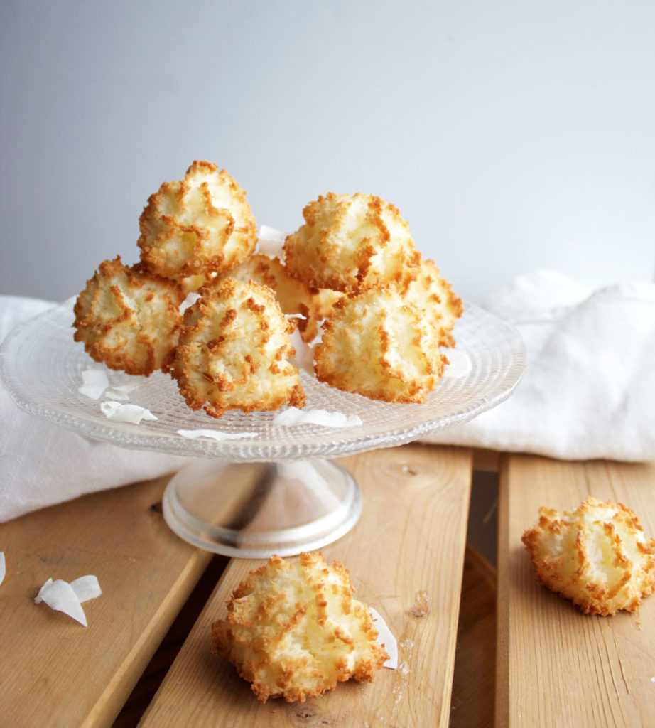 these light and fluffy coconut vanilla macaroons are vegan, for the perfect guilt-free treat