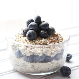 Vanilla Blueberry Overnight Oats; an easy and healthy breakfast with a sweet vanilla delicious taste. Vegan, Gluten Free, Dairy Free, Naturally Sweetened. || Nikki's Plate www.nikkisplate.com
