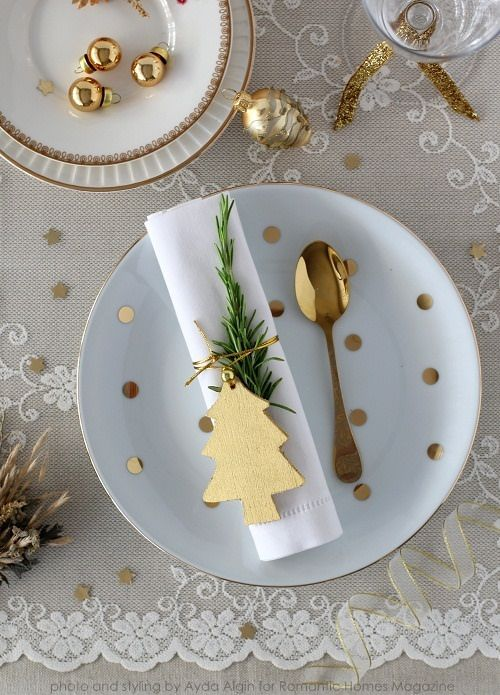 I love these white and gold Christmas place settings! They're simple and easy to put together for a holiday dinner.