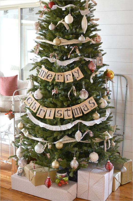 Christmas tree garland is a great way to add personal style to your Christmas tree! You can even make your own like this Merry Christmas banner garland