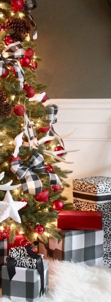 These buffalo checker bows add a country chic touch to this festive Christmas tree