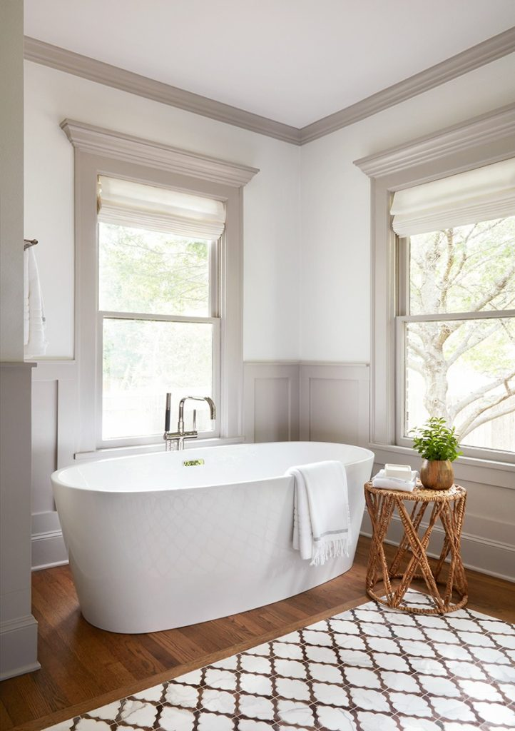 Best Bathrooms by Joanna Gaines; Fixer upper's top bathroom renovations by Joanna and chip Gaines! These rustic, country with hints of modern perfection bathrooms are everything #joannagaines #bathroom #bathrooms #renovations|| Grey trim, white bathroom, large bathtub - Nikki's Plate
