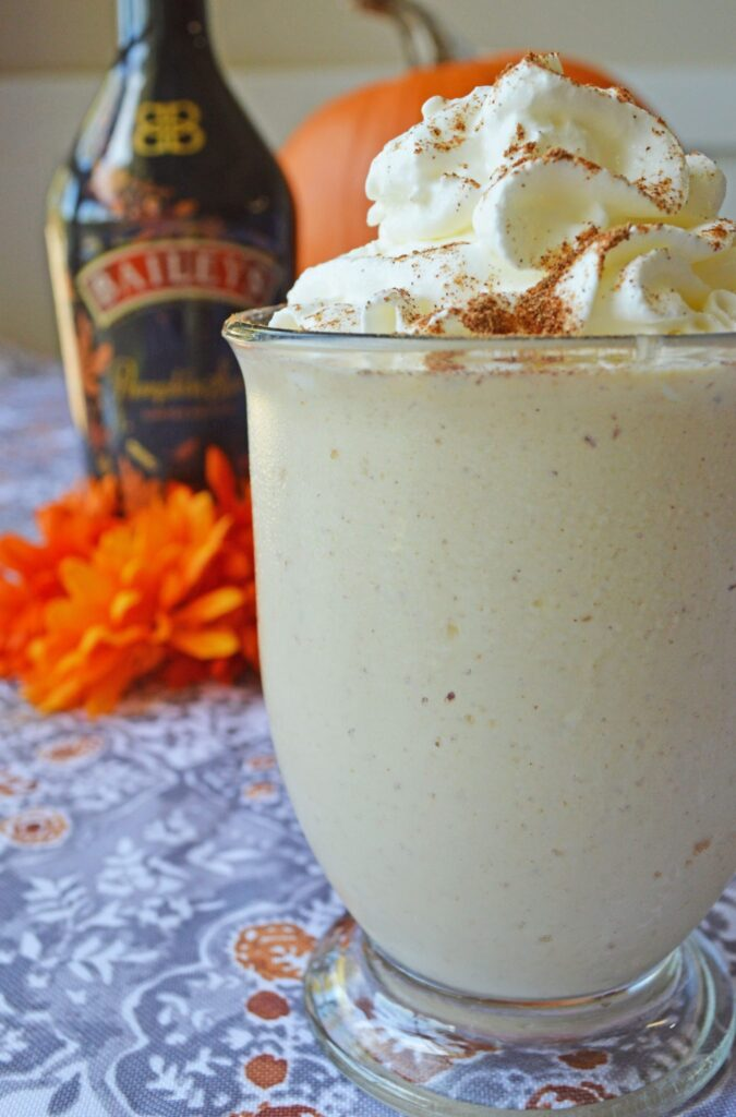 Pumpkin Spice Mudslides Cocktail - 15 Delicious Pumpkin Drinks for Foodies; Easy and tasty fall drinks to sip on during the autumn season!