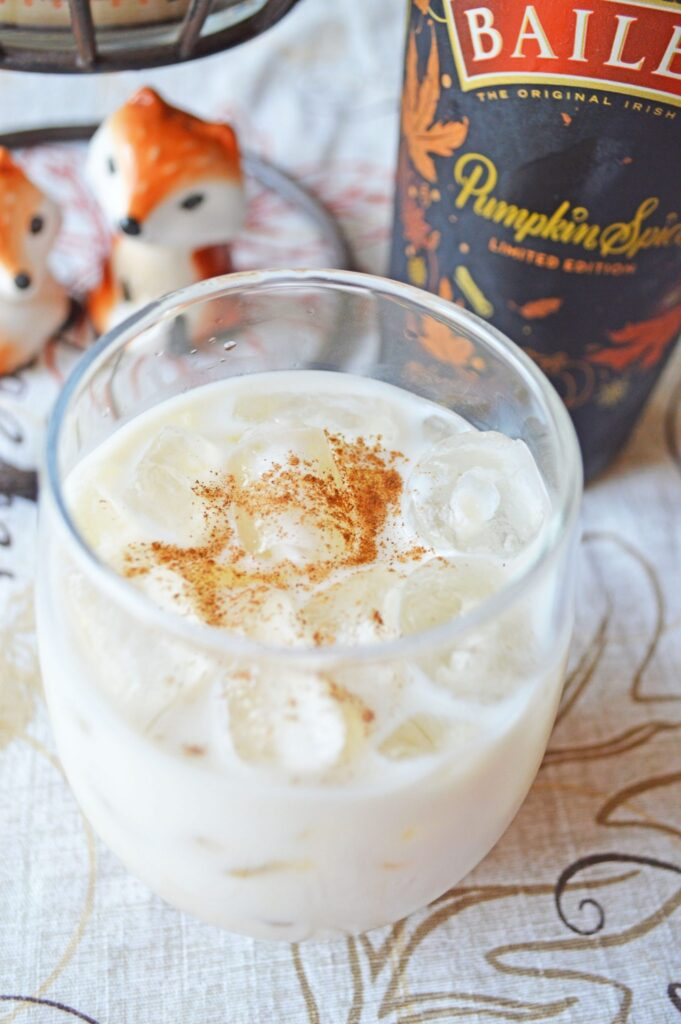 Pumpkin Spice White Russians Recipe - 15 Delicious Pumpkin Drinks for Foodies; Easy and tasty fall drinks to sip on during the autumn season!